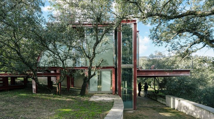 1 red steel house penelas architects glass faced forest retreat