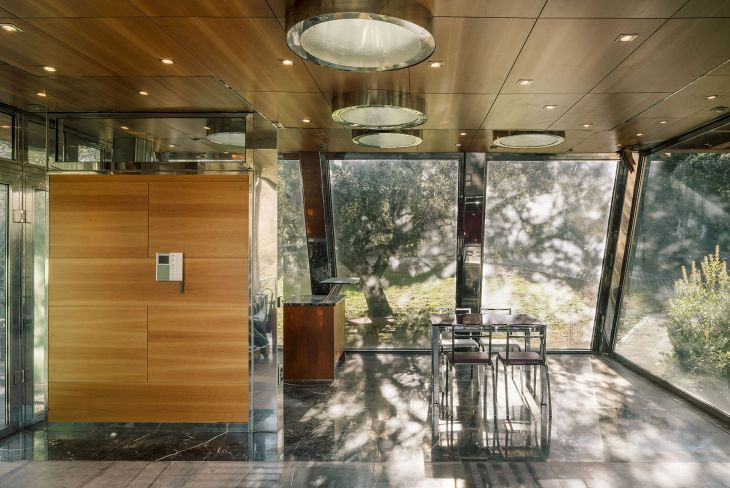 10 red steel house penelas architects glass faced forest retreat