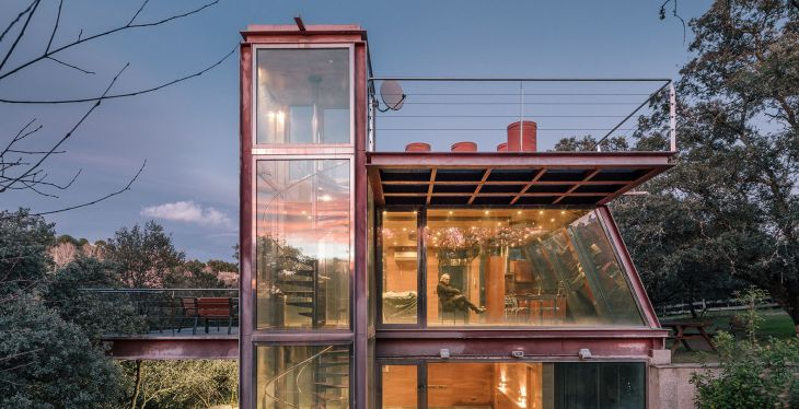 11 red steel house penelas architects glass faced forest retreat