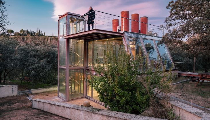 14 red steel house penelas architects glass faced forest retreat
