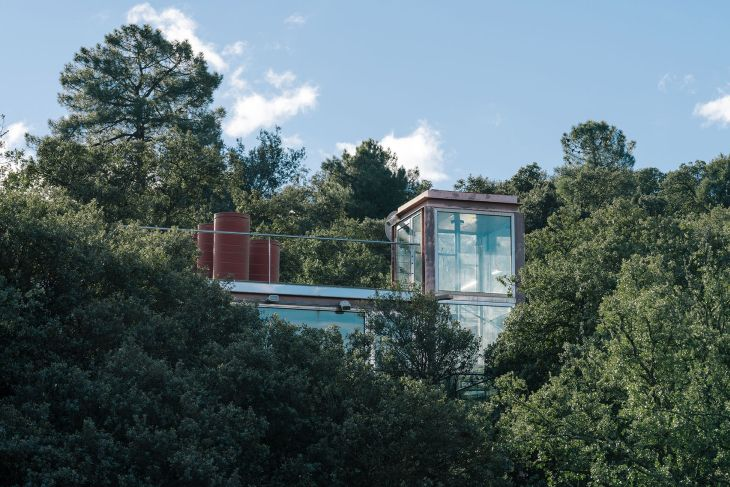 17 red steel house penelas architects glass faced forest retreat