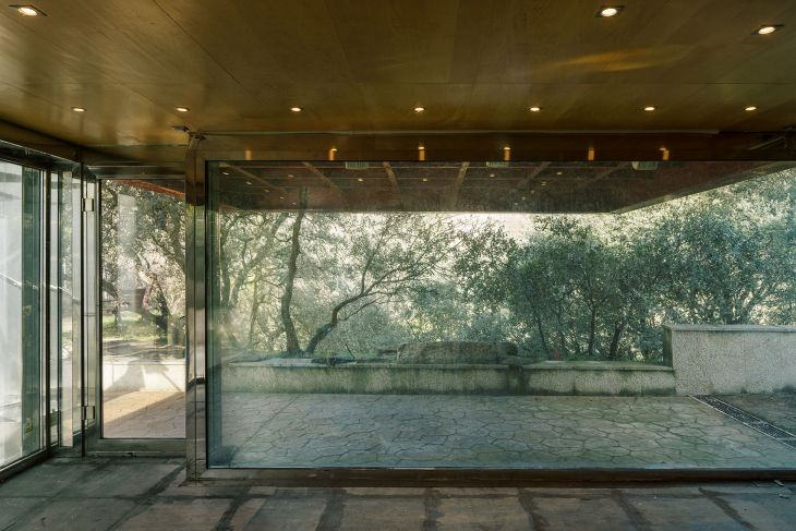 18 red steel house penelas architects glass faced forest retreat