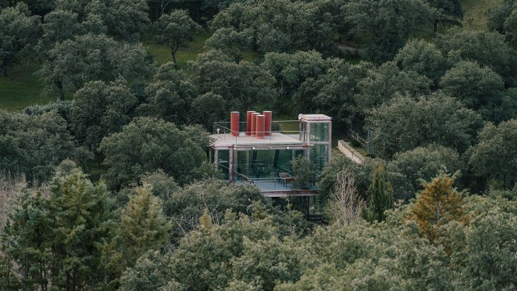 20 red steel house penelas architects glass faced forest retreat