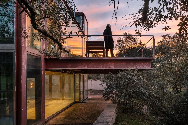 3 red steel house penelas architects glass faced forest retreat