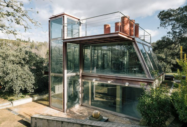 4 red steel house penelas architects glass faced forest retreat