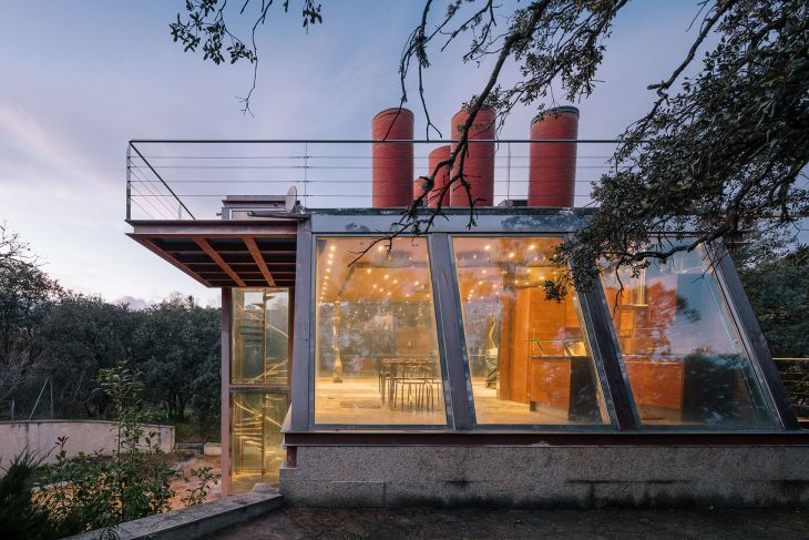 7 red steel house penelas architects glass faced forest retreat